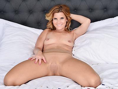 American milf Alby Daor masturbates in nylon pantyhose