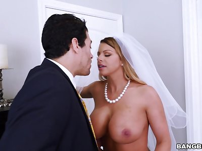 Busty cougar Brooklyn Chase gets fucked not later than her wedding